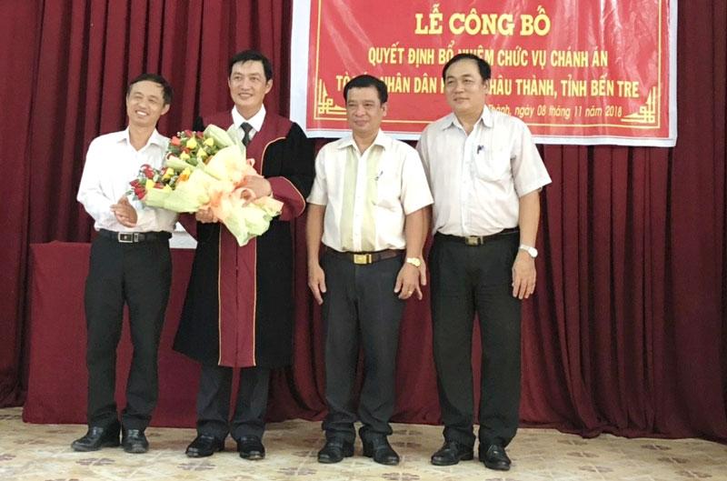Chánh TAND tỉnh Nguyễn Biên Thùy (bìa trái) trao quyết định bổ nhiệm cho ông Phan Thanh Tòng. Ảnh: H. Đức