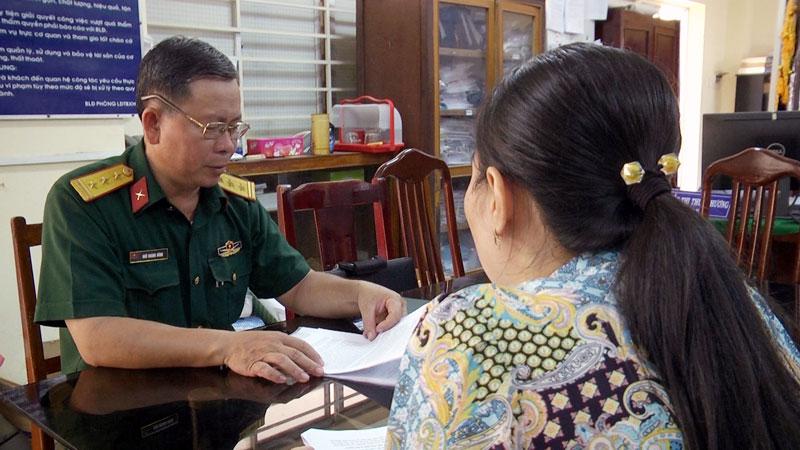 Thanh tra kết quả thực hiện chính sách người có công tại Phòng Lao động - Thương binh và Xã hội huyên. Ảnh: Cao Khiết