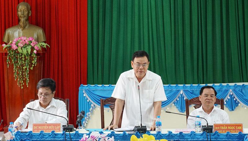 Bí thư Tỉnh ủy Võ Thành Hạo phát biểu tại buổi làm việc với Ban Thường vụ Huyện ủy Mỏ Cày Bắc. Ảnh: Q. Hùng