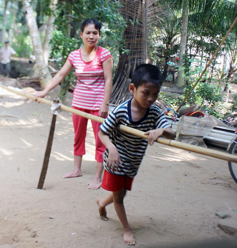 Cháu Nguyễn Minh Tâm đã 9 tuổi nhưng vẫn chưa thể tự đi lại được.
