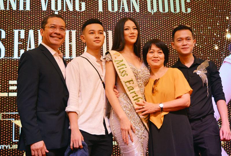 Hoa hậu Phương Khánh cùng mẹ và các anh em trong gia đình tại buổi họp báo. Ảnh: A. Nguyệt