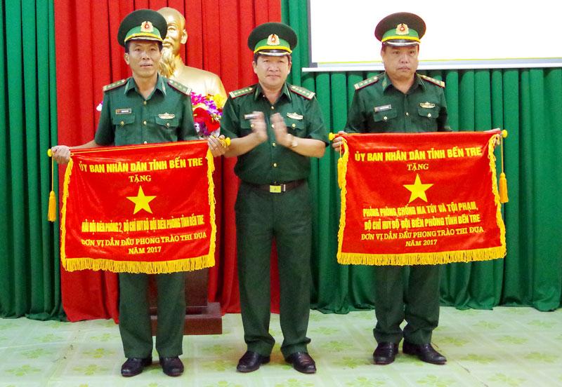 Đại tá Nguyễn Văn Tuân - Chỉ huy trưởng Bộ Chỉ huy Bộ đội Biên phòng tỉnh trao cờ thi đua cho tập thể tiêu biểu phong trào TĐQT năm 2017. Ảnh: P.Khánh