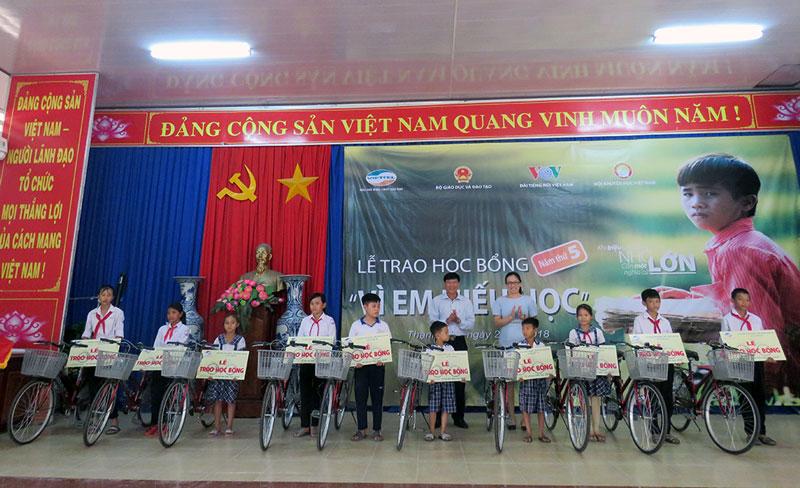 Phó giám đốc Viettel Bến Tre Nguyễn Thị Cầm và Phó chủ tịch UBND huyện Thạnh Phú Nguyễn Ngọc Tân trao xe đạp cho các em học sinh tại huyện Thạnh Phú. Ảnh: Trần Quốc