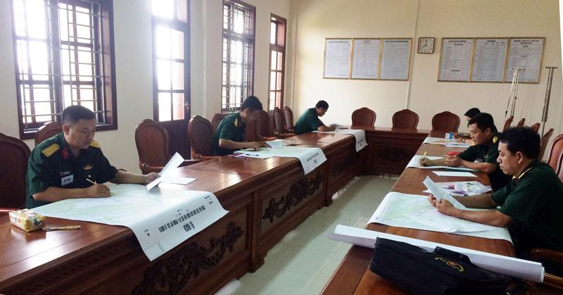 Cán bộ tham gia nội dung thi xây dựng và báo cáo kế hoạch chiến đấu.