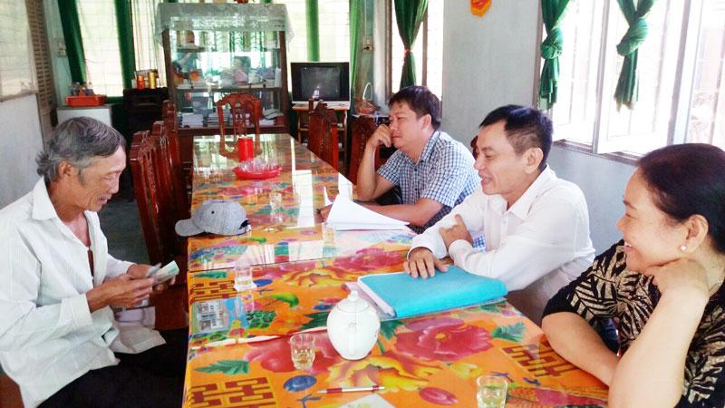 Trao kinh phí hỗ trợ di dời nhà do sạt lở cho hộ ông Huỳnh Văn Dậu, cồn Đeo, Ấp 1, xã Hưng Phong.