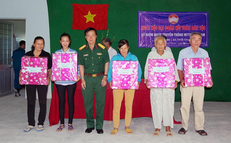 Đại tá Nguyễn Minh Triều - Chỉ huy trưởng Bộ CHQS tỉnh tặng quà cho gia đình chính sách tại xã Thới Thuận, huyện Bình Đại. Ảnh: Đặng Thạch