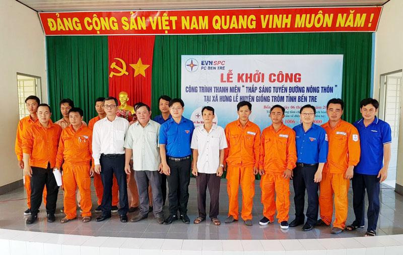 Các đại biểu chụp ảnh lưu niệm tại buổi lễ khởi công công trình.