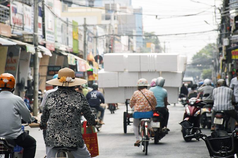 Xe chở cồng kềnh trên đường Nguyễn Đình Chiểu, Phường 1, TP. Bến Tre rất dễ gây tai nạn giao thông.