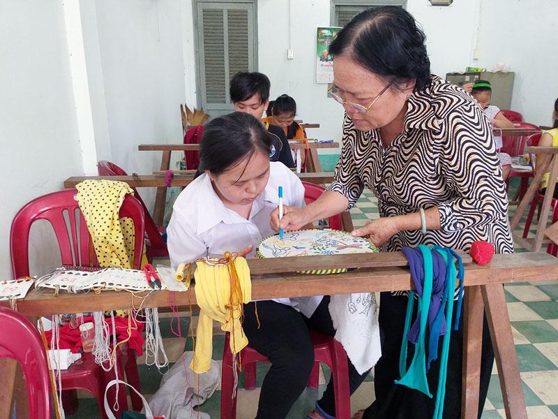 Dạy nghề thêu ở Trung tâm Dạy nghề cho người khuyết tật tỉnh.