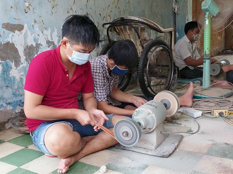 Học viên học làm đũa tại Trung tâm Dạy nghề cho người khuyết tật tỉnh.