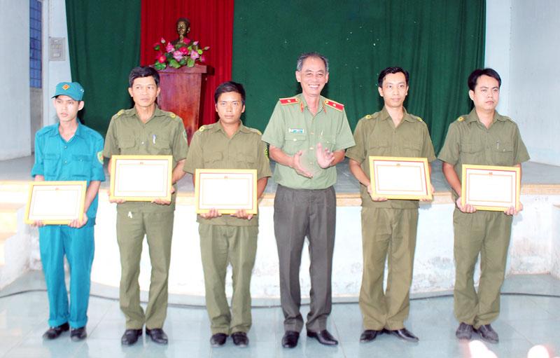 Thiếu tướng Nguyễn Văn Hoàng trao giấy khen cho các cá nhân. Ảnh: H. Đức