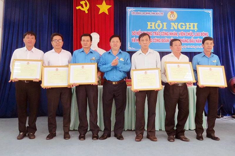 Chủ tịch LĐLĐ tỉnh Phan Song Toàn khen thưởng cho các tập thể và cá nhân tiêu biểu trong các phong trào thi đua.