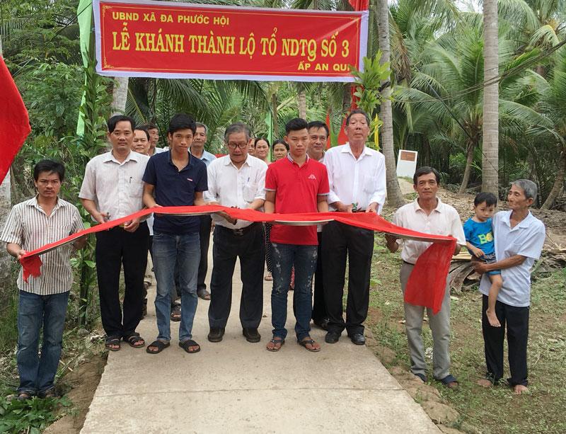 Khánh thành lộ tổ nhân dân tự quản ấp an Quy, xã Đa Phước Hội, huyện Mỏ Cày Nam. Ảnh: HCĐ