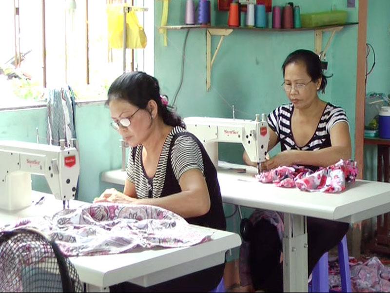 Nhiều phụ nữ tham gia may gia công để tăng thêm thu nhập.