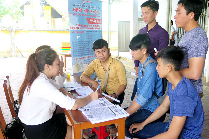 Xuất khẩu lao động được nhiều bạn trẻ quan tâm tìm hiểu tại các phiên giao dịch việc làm.