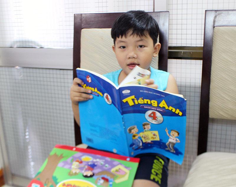 Cháu Nguyễn Hoàng Thái Tú rất ham đọc sách. Ảnh: Đ. Chính