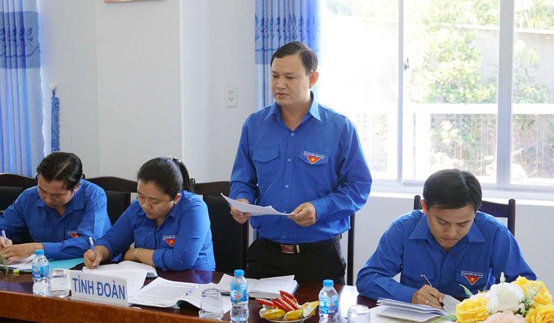 Phó bí thư Tỉnh đoàn Nguyễn Phúc Linh báo cáo kết quả thực hiện nhiệm vụ của đơn vị năm 2018. Ảnh: Q. Hùng