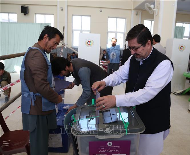 Cử tri bỏ phiếu tại một điểm bầu cử trong cuộc bầu cử Quốc hội tại Kabul, Afghanistan ngày 21-10-2018. Ảnh: THX/ TTXVN