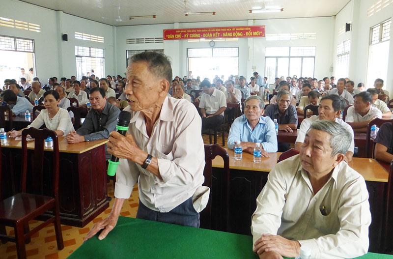 Cử tri phát biểu ý kiến. Ảnh: Nguyễn Hoàng