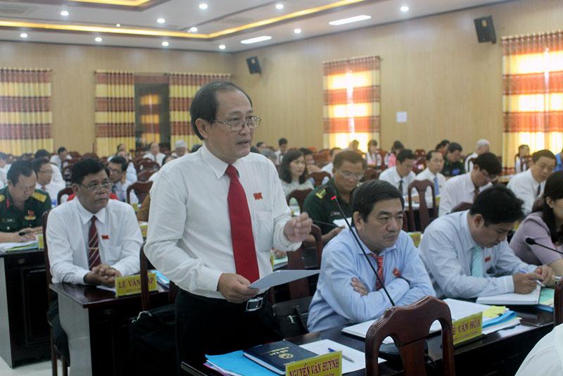 Đại biểu Nguyễn Văn Huỳnh - đơn vị huyện Giồng Trôm phát biểu ý kiến tại hội trường. Ảnh: T.Lập