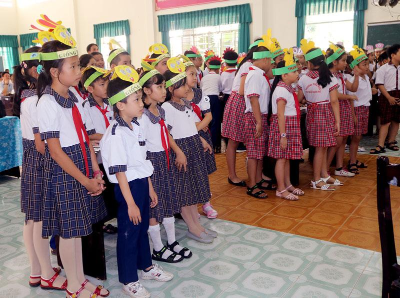 Các em tham gia phần thi kiến thức an toàn giao thông.
