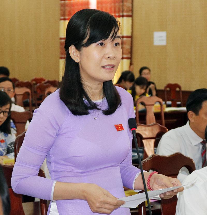Đại biểu Lê Thị Nghĩa Nhân chất vấn lãnh đạo Sở Xây dựng. Ảnh: P. Hân