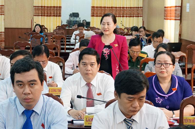 Đại biểu Phạm Thị Thanh Thảo nêu câu hỏi chất vấn lãnh đạo UBND tỉnh. Ảnh: Q. Hùng