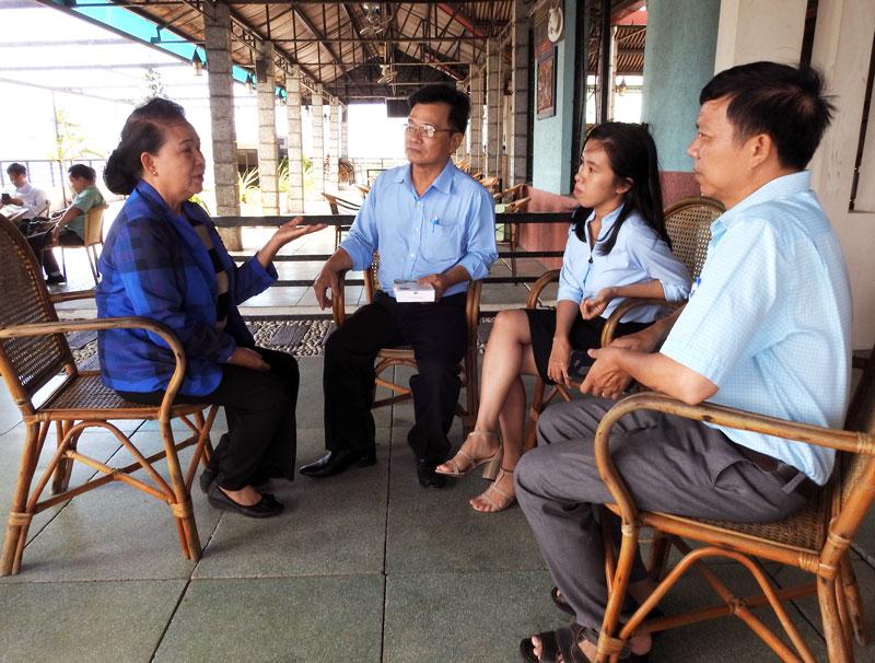 Doanh nghiệp và các chuyên gia gặp gỡ, trao đổi tại buổi họp mặt.