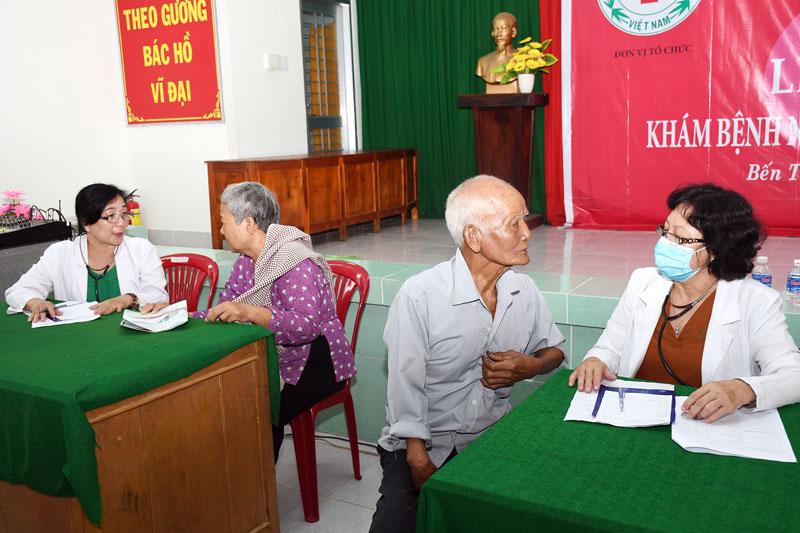 Khám chữa bệnh cho người nghèo ở xã Tân Thanh, huyện Giồng Trôm. Ảnh: Thu Huyền