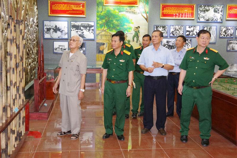 Các đại biểu tham quan khu trưng bày tại Nhà truyền thống lực lượng vũ trang tỉnh.