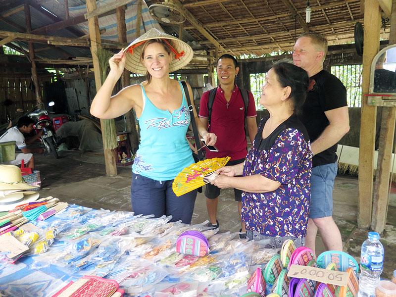 Du khách quốc tế rất thích sự thân thiện của người dân TP. Bến Tre (ảnh chụp tại Làng nghề dệt chiếu Nhơn Thạnh).