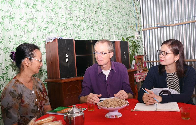 Chuyên gia Dự án AMD Bến Tre trao đổi với phụ nữ xã An Hiệp (Ba Tri) về hiệu quả của Quỹ hỗ trợ phụ nữ phát triển kinh tế. Ảnh: H.Hiệp