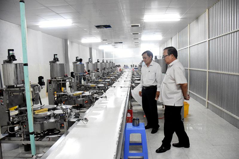 Doanh nghiệp sản xuất bánh tráng rế tại xã An Qui, huyện Thạnh Phú được hỗ trợ, quan tâm phát triển. Ảnh: C.Trúc