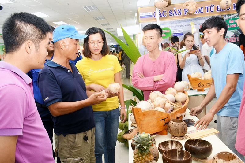 Sản phẩm dừa uống nước của Công ty TNHH Dừa Cười tại Phường 7 (TP. Bến Tre) - doanh nghiệp khởi nghiệp năm 2018. Ảnh: Hữu Hiệp
