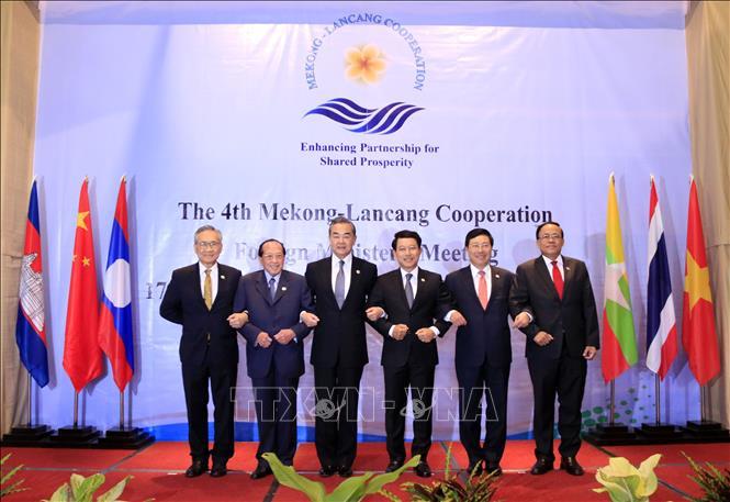 Trưởng đoàn các nước tham gia hội nghị chụp ảnh chung. Ảnh: Phạm Kiên/Pv TTXVN tại Lào