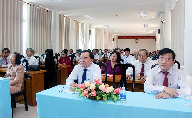 Phó bí thư Tỉnh ủy Trần Ngọc Tam và Chủ tịch Ủy ban MTTQ Việt Nam tỉnh Trần Dương Tuấn tại buổi lễ kỷ niệm 88 năm Ngày thành lập Mặt trận Dân tộc thống nhất Việt Nam.  Ảnh: Phạm Tuyết