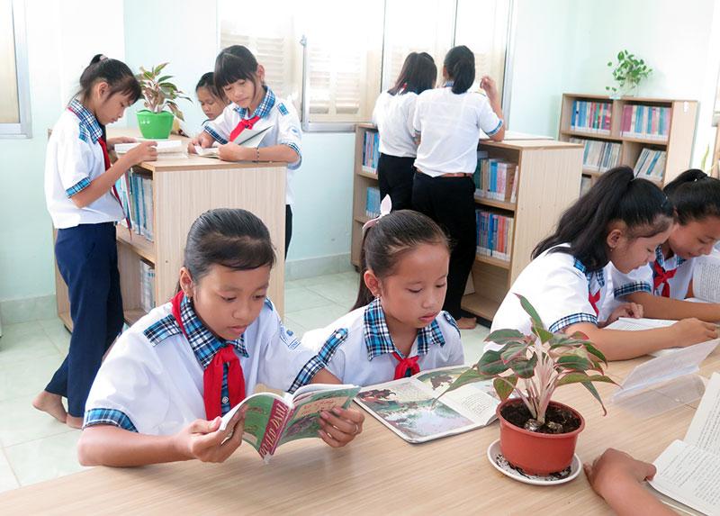 Học sinh Trường THCS Vĩnh Thành thích thú đến đọc sách ở thư viện mở.