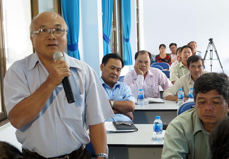 Đại biểu nêu các vấn đề nông dân quan tâm trao đổi tại hội thảo.