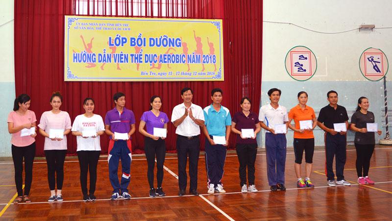 Ban Tổ chức trao giấy chứng nhận cho các học viên. Ảnh: A. Nguyệt