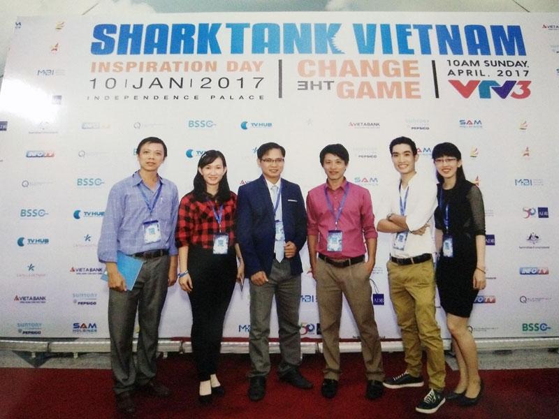 Trần Phúc Hậu, Võ Thị Cẩm Tú, (thứ 3, 2 từ trái qua) tại cuộc thi Sáng tạo Khởi nghiệp năm 2017. Ảnh: Lâm Trúc