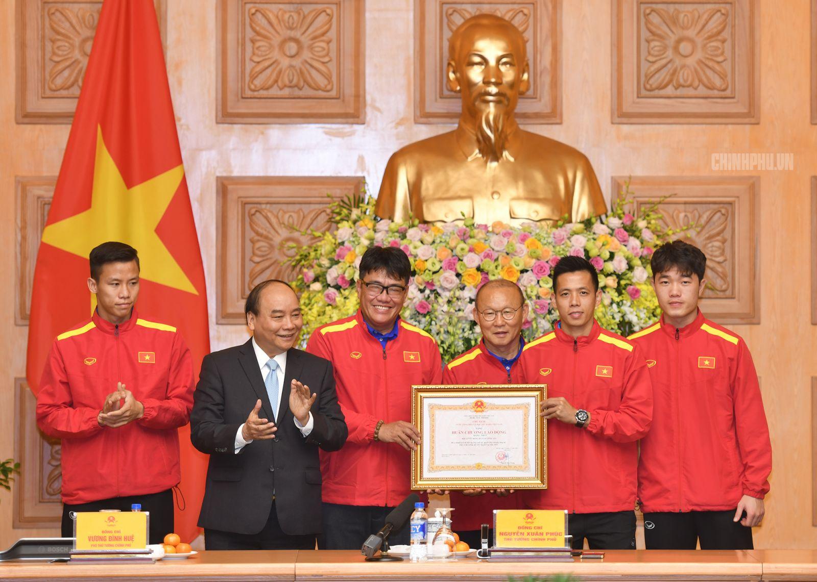Thủ tướng Nguyễn Xuân Phúc trao Huân chương Lao động hạng Nhất cho Đội tuyển Việt Nam. Ảnh: Chinhphu.vn