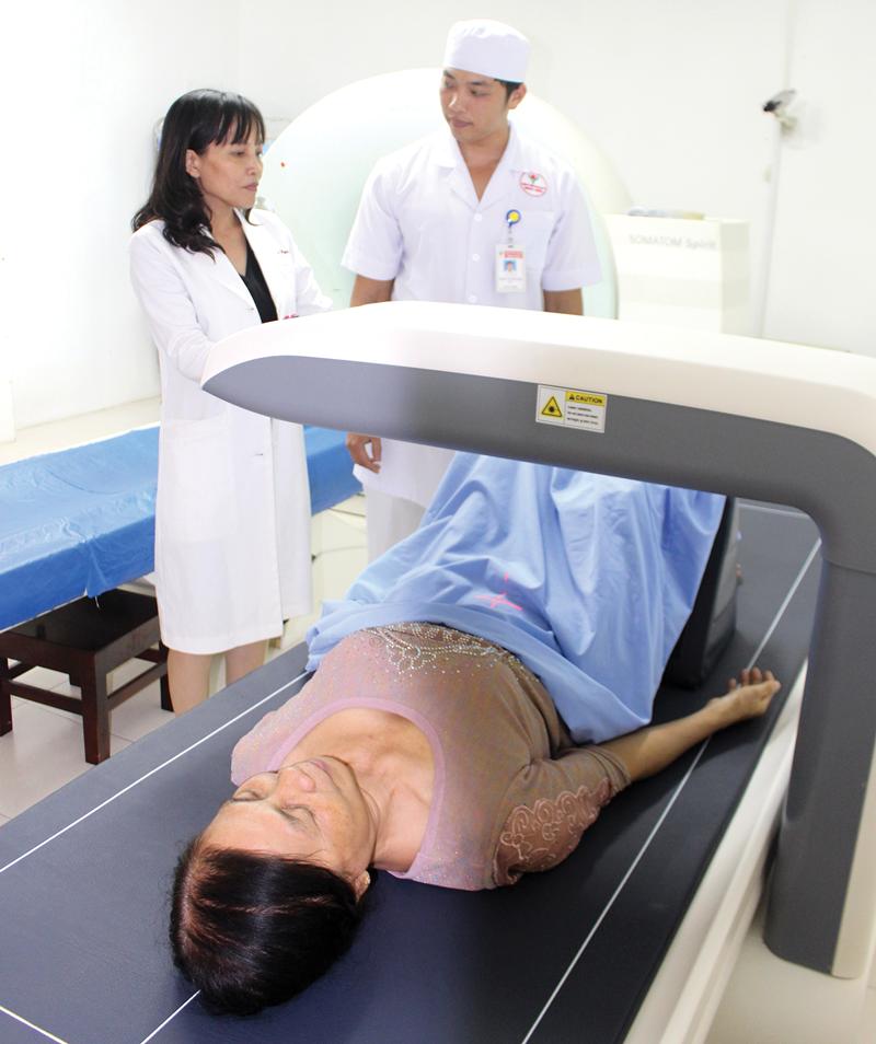 Tiến sĩ, Bác sĩ Cao Thanh Ngọc (trái) hướng dẫn học viên thực hành trên máy đo loãng xương toàn thân. Ảnh: H. Đức