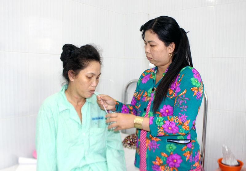 Chị Nhanh đang được người thân chăm sóc tại Khoa Nội A, Bệnh viện Nguyễn Đình Chiểu. Ảnh: H.Đức