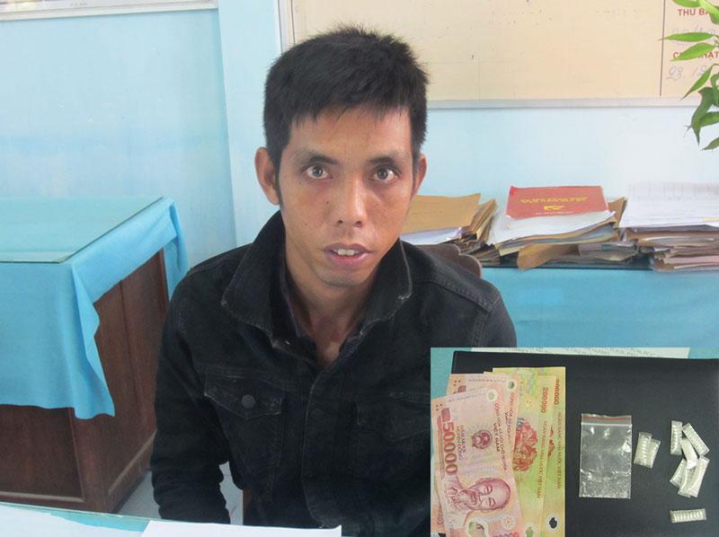 Đối tượng Nguyễn Tấn Đỉnh và tang vật của vụ án. Ảnh: Trần Thắng