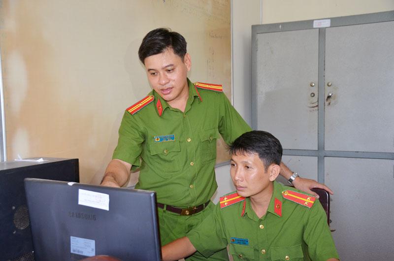 Thiếu tá Nguyễn Thành An (đang đứng) hướng dẫn đồng đội làm việc.
