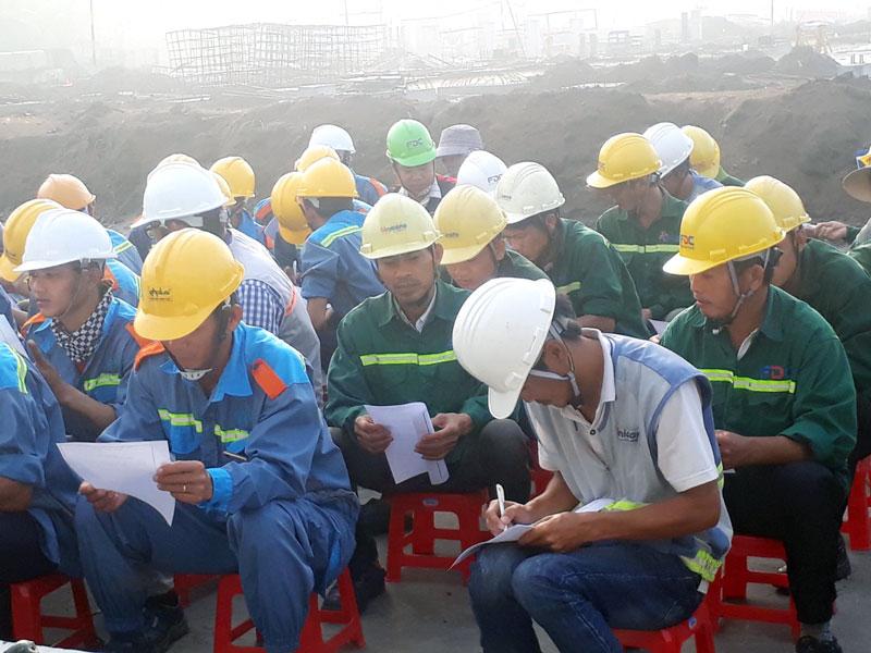 Công nhân, lao động Công ty cổ phần đầu tư xây dựng FDC tham dự buổi tuyên truyền.  Ảnh: Hữu Trí