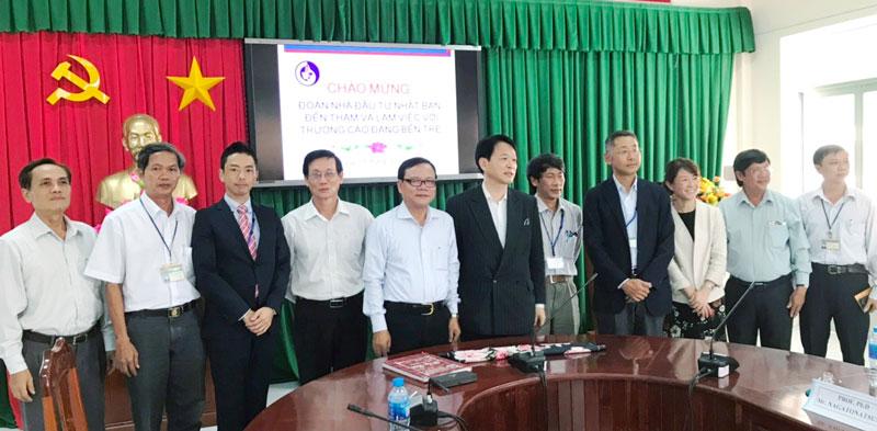 Đoàn các nhà đầu tư Nhật Bản chụp ảnh với lãnh đạo Trường Cao đẳng Bến Tre. Ảnh: Khôi Nguyên
