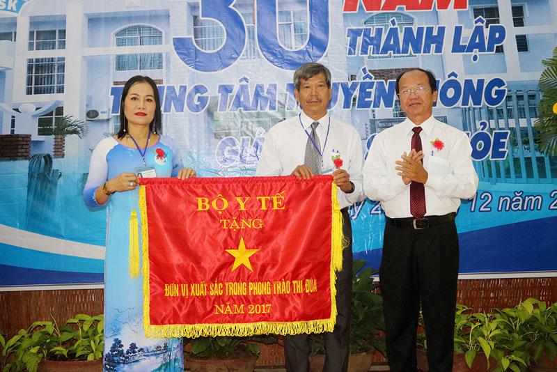Giám đốc Sở Y tế Ngô Văn Tán trao cờ thi đua của Bộ Y tế cho Trung tâm TTGDSK. Ảnh: PH.Hân