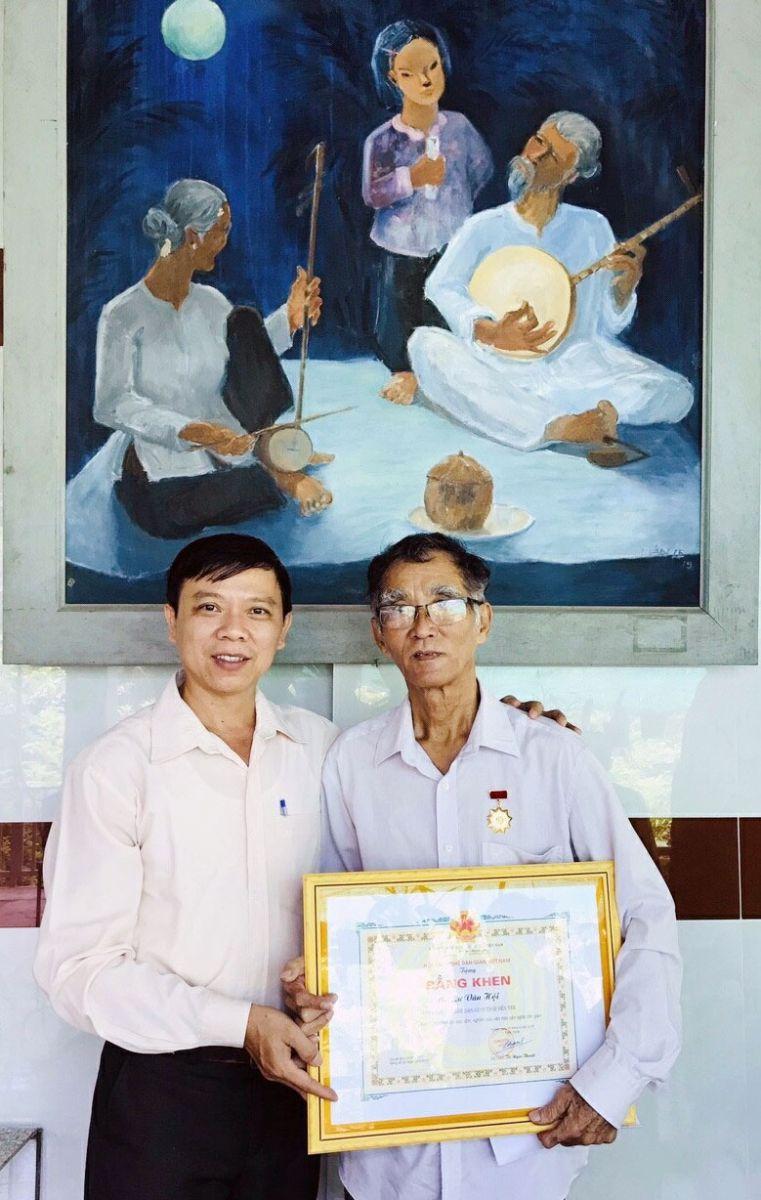 Nhà nghiên cứu Lư Văn Hội (phải) nhận Bằng khen của Hội Văn nghệ dân gian Việt Nam  Ảnh:TL