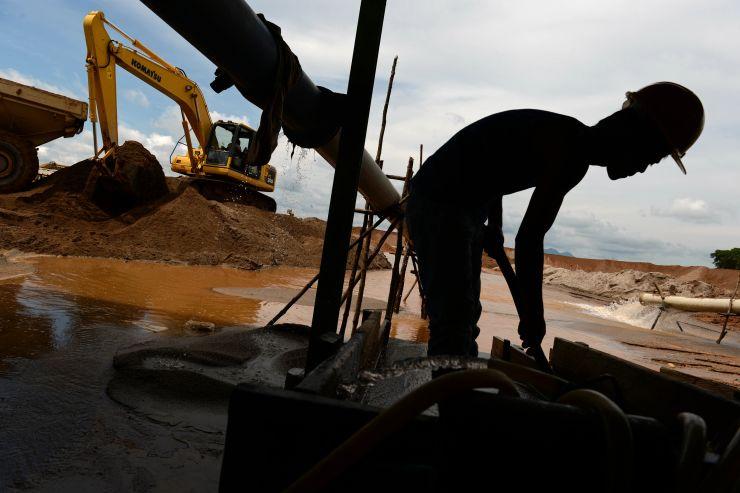 Một thợ mỏ làm việc tại Sungai Liat - nơi Indonesia dự định lập đặc khu kinh tế. Ảnh: Bloomberg